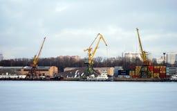 Guindastes no porto da carga moscow Fotografia de Stock