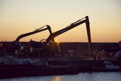 Guindastes no porto de Portrush foto de stock royalty free