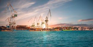 Guindastes no porto dos Pula fotografia de stock