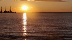 Guindastes no porto mar?timo no por do sol, um porto perto do porto, um seascape bonito, um grande porto no por do sol filme