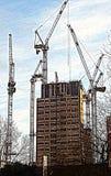 Guindastes no trabalho, Londres de construção nova fotografia de stock