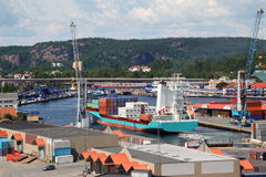 Guindastes para recipientes do carregamento em navios na porta Fotografia de Stock Royalty Free