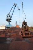 Guindastes pesados no porto Foto de Stock