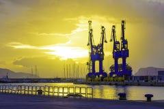 Guindastes portuários grandes da carga em Palermo, Itália em um nascer do sol bonito do verão imagens de stock