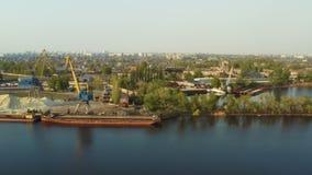 Guindastes portu?rios na ?rea industrial no banco de rio filme