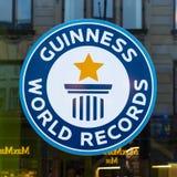 Guinness-Weltrekorde unterzeichnen, Reflexionen in einem Fenster stockfotografie