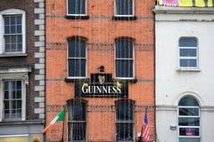 Guinness-Zeichen auf altem Backsteinbau, Dublin, Irland, im Oktober 2014 stockfotografie