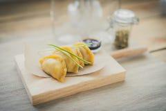 Guiozas japonais avec de la sauce à soja sur la table de hachage en bois Image libre de droits