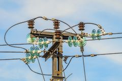 Guirlande électrique des isolateurs et noeuds de câbles électriques de connexion Images stock