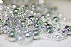 Guirlande argentée brillante en verre de décoration de Noël et de nouvelle année Image stock