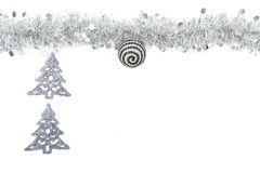 Guirlande argentée grise de Noël avec les arbres argentés sur le fond blanc Photo libre de droits