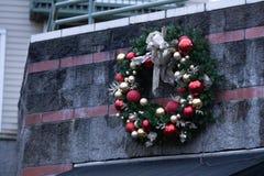 Guirlande artificielle de Noël sur le bâtiment photos stock