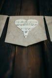 Guirlande avec des coeurs sur un fond brun images libres de droits