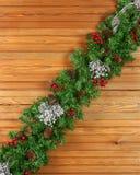 Guirlande avec des ornements de Noël et des cônes de pin sur le backgr en bois Photo stock