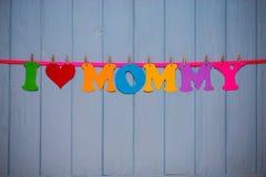 Guirlande avec le ` de maman d'amour du ` I des textes de l'alphabet de papier coloré Photo stock
