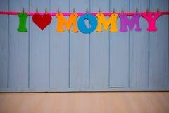Guirlande avec le ` de maman d'amour du ` I des textes de l'alphabet de papier coloré Photo libre de droits