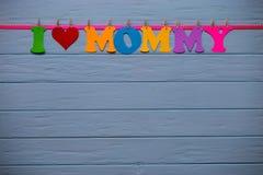 Guirlande avec le ` de maman d'amour du ` I des textes de l'alphabet de papier coloré Photographie stock