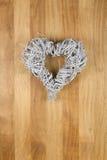 Guirlande blanche de porte de Noël de forme de coeur sur le bois Backgroun de Sapele Photos stock