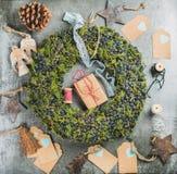Guirlande décorative de Noël, jouets en bois, présents, matériaux pour faire la décoration Photographie stock libre de droits