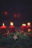 Guirlande d'arrivée avec les bougies brûlantes Photos stock