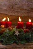Guirlande d'arrivée avec les bougies brûlantes Image stock
