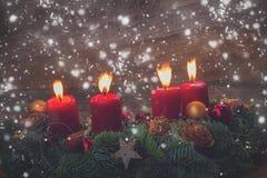 Guirlande d'arrivée avec les bougies brûlantes Image libre de droits