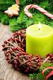 Guirlande d'arrivée de Noël avec la bougie brûlante Photographie stock