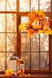 Guirlande d'automne au fond de fenêtre de coucher du soleil Image stock
