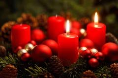 Guirlande d'avènement avec 2 bougies brûlantes Photographie stock