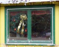 Guirlande dans la fenêtre abandonnée de boutique de cadeaux Photographie stock libre de droits