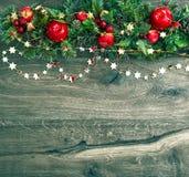 Guirlande de décorations de Noël avec le pin rouge de pomme et de vert Images stock