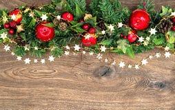 Guirlande de décorations de Noël avec le son rouge de pin de pomme et de vert Images libres de droits