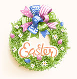 Guirlande de fête d'herbe de Pâques avec la fleur d'oeufs d'arc sur le beige Photos libres de droits