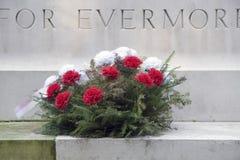 Guirlande de fleurs étendue au cimetière militaire de guerre dans Oosterbeek Photo libre de droits