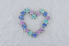 Guirlande de forme de coeur faite à partir des fleurs de papier de rose bleue de ton Photos libres de droits