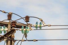 Guirlande de l'électricité des isolateurs avec les fils électriques sur un appui supérieur de mât Image stock