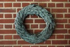 Guirlande de laurier sur le mur de briques Images libres de droits