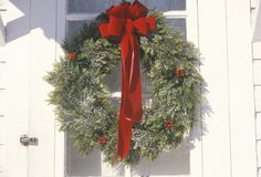Guirlande de Noël accrochée sur la porte, Woodstock, New York Photos libres de droits