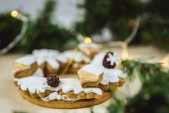 Guirlande de Noël avec des biscuits E Arbre de Noël décoré des lumières photo stock
