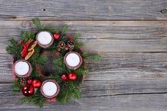 Guirlande de Noël avec des bougies sur le fond en bois Photographie stock