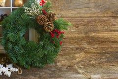 Guirlande de Noël avec des cônes Photos libres de droits