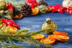 Guirlande de Noël avec des cônes de pin Photo stock
