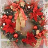 Guirlande de Noël avec des fleurs de poinsettia image stock