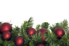 Guirlande de Noël avec les babioles rouges Image libre de droits