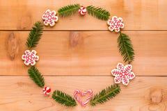 Guirlande de Noël avec les biscuits faits maison sur la table en bois Photos stock