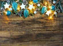 Guirlande de Noël avec les ornements bleus et blancs et les lumières de fête Photographie stock libre de droits