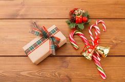 Guirlande de Noël, boîte-cadeau en papier de métier et sucrerie de Noël sur le fond en bois rustique Photographie stock