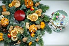 Guirlande de Noël des arbres de Noël, des mandarines, des oranges et des jujubes Images stock
