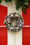 Guirlande de Noël des cônes et des baies sur la porte, ` s De de nouvelle année photos stock