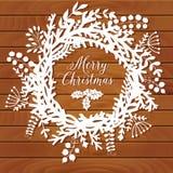 Guirlande de Noël faite de feuille et fleur sur le dessus de table, décoration de porte d'hiver, livre blanc et fond en bois Tem  Photos stock